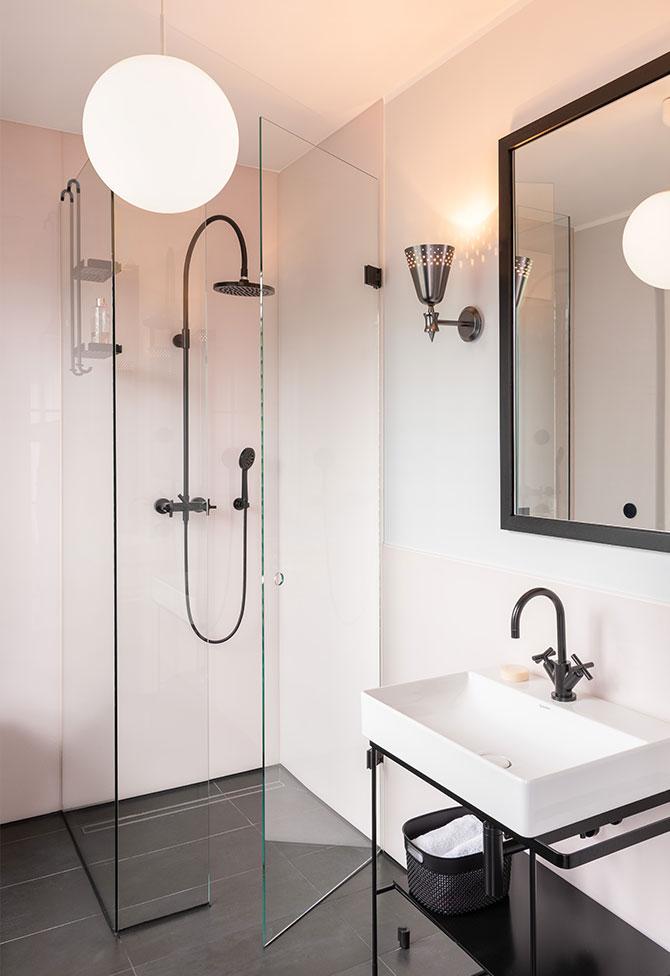 Design-Badezimmer mit schwarzen Amaturen ausgewählt durch Innenarchitekten
