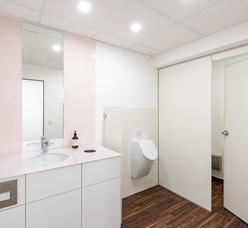 Die Herrentoilette in einem cleanen Praxis-Look mit tollen Holzdetails