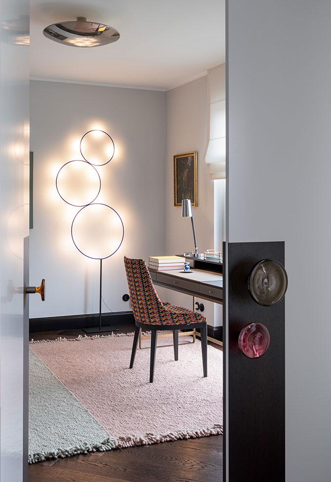 Design-Gästezimmer mit ausgewählten Leuchten und hochwertigen Materialien