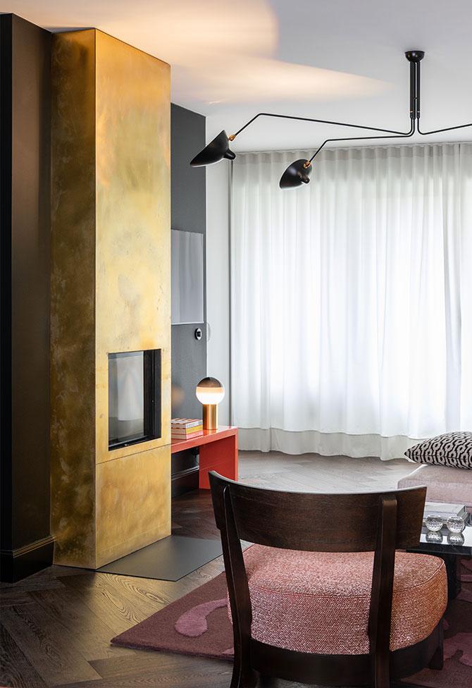 Design-Wohnzimmer mit einem messingverkleideten Kamin