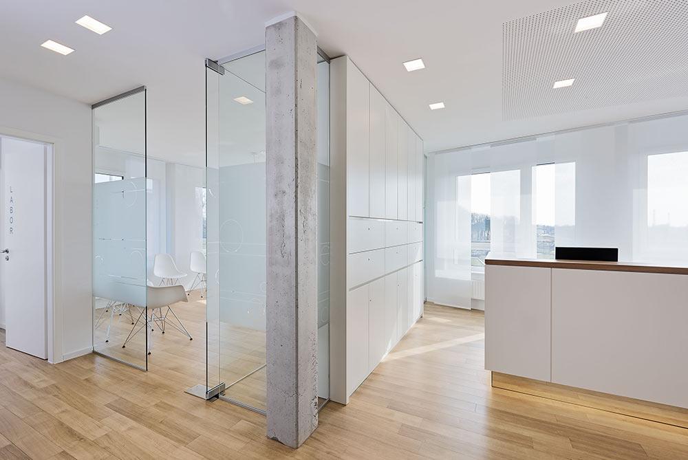 Innenarchitektur minimalistisch natuerliche materialien praxis