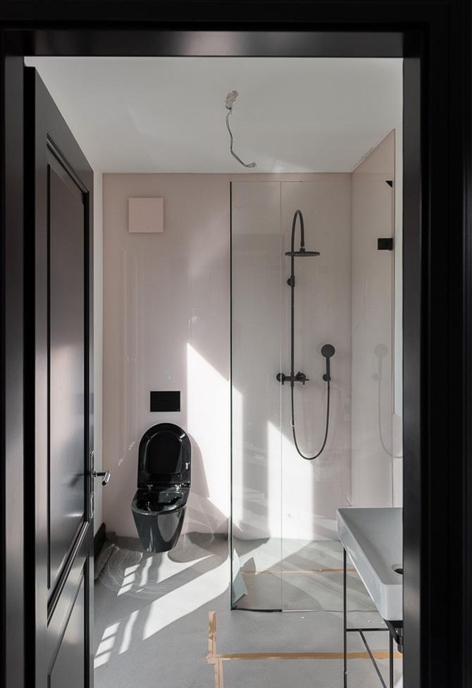 Design Badezimmer mit schwarzen Amaturen vom Innenarchitekten